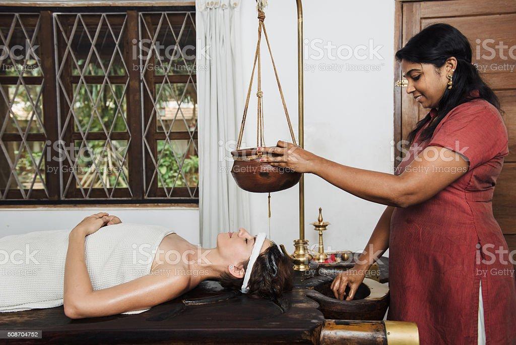 Soin Shirodhara ayurvédique en Inde - Photo