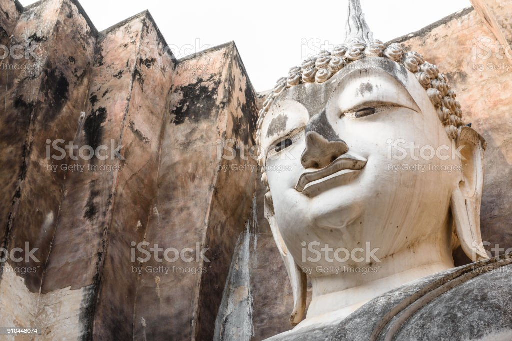 Ayutthaya buddist temple with giant buddha statue - foto stock