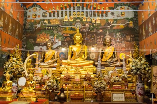 ayutthaya, thailand - 9. mai 2015: golden buddha-statue in kapelle wat phanan choeng - pinball spielen stock-fotos und bilder