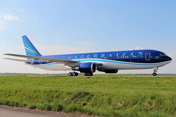 azerbaijan airlines - b767 stock-fotos und bilder