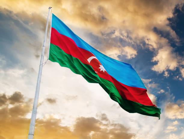 azerbaijan flag against sunset sky - azerbejdżan zdjęcia i obrazy z banku zdjęć