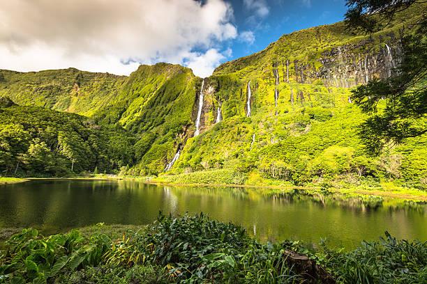 Inselgruppe Azoren Landschaft mit Wasserfällen und Klippen Flores Insel. – Foto
