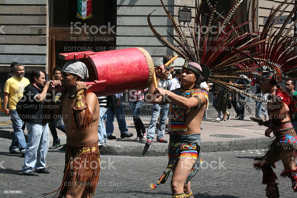 Aztec musicians in the Alebrije parade in México city. - foto de stock