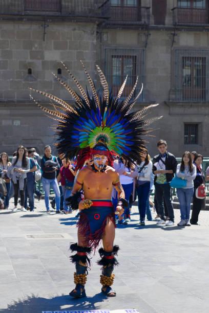 aztekische plume - indianer kostüm herren stock-fotos und bilder