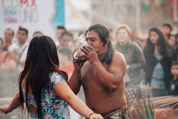 aztekische schamanin, mexiko-stadt - indianer kostüm herren stock-fotos und bilder