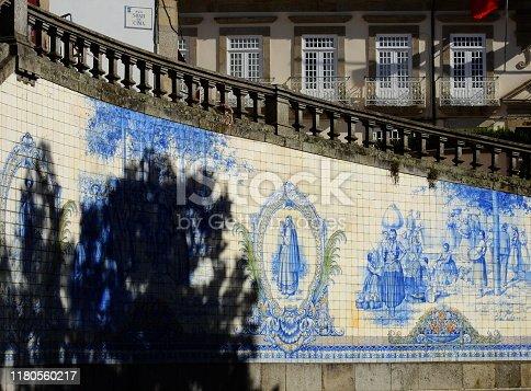 Vista panorámica de los azulejos que adornan la plaza central de Viseu en Portugal