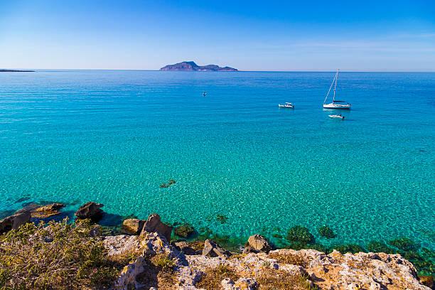 """azurblaue lagune """" cala rossa mit yachten vertäut - sizilien strände stock-fotos und bilder"""