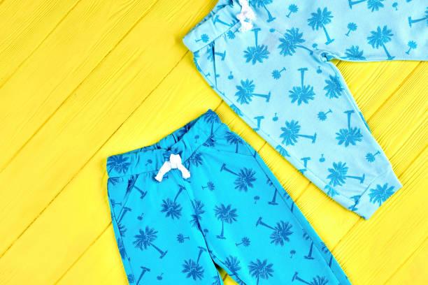 baby blau gemusterte hose. - bedruckte leggings stock-fotos und bilder