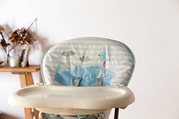 babys hochstuhl - kinderstuhl und tisch stock-fotos und bilder