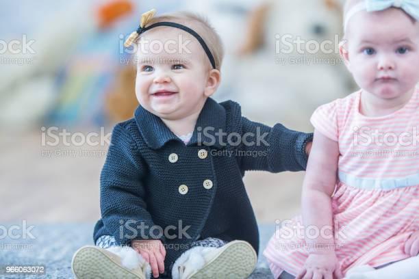 Spädbarn Som Sitter Tillsammans-foton och fler bilder på 12-23 månader