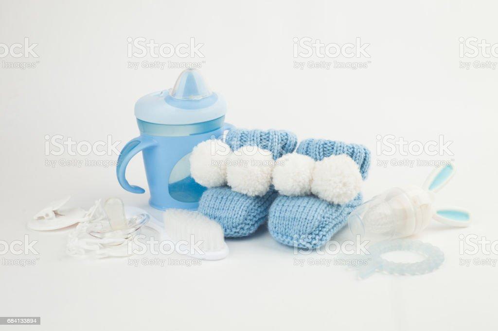 Baby accessoires achtergrond: kleine staaf, fopspeen, laarsjes, borstel royalty free stockfoto
