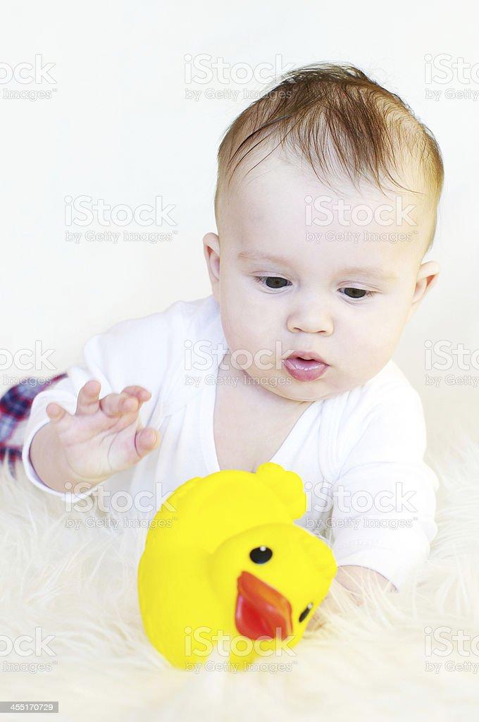 98827ff1a5 Bambino 5 mesi di età gioca con gomma anatroccolo foto stock royalty-free