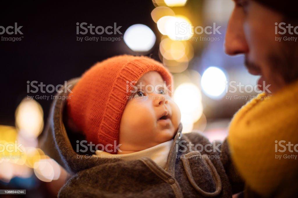 Bebê e pai - foto de acervo