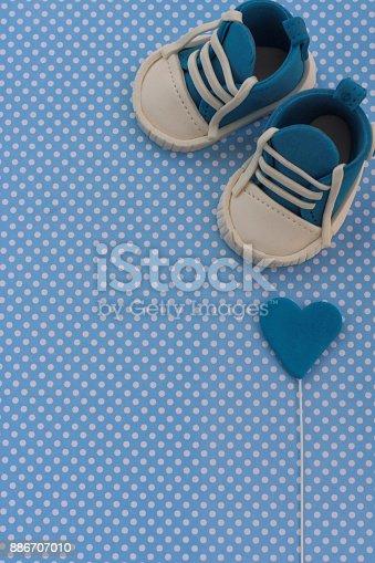 886700726istockphoto Baby announcement. Newborn background. Fondant accesories 886707010