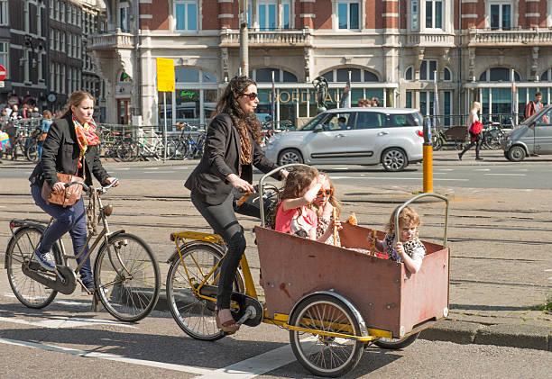 baby fahrrad kutschen - fahrradhalter stock-fotos und bilder