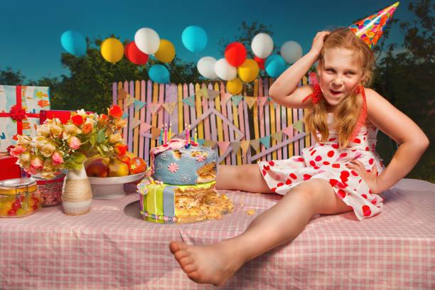 Cumpleaños de bebé en el jardín - foto de stock