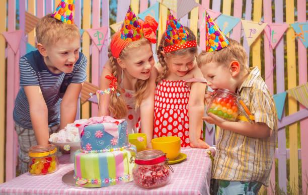 Cumpleaños del bebé en el jardín - foto de stock