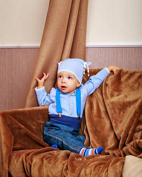 baby-bluse und jeans mit hosenträger - damen hosen angels stock-fotos und bilder