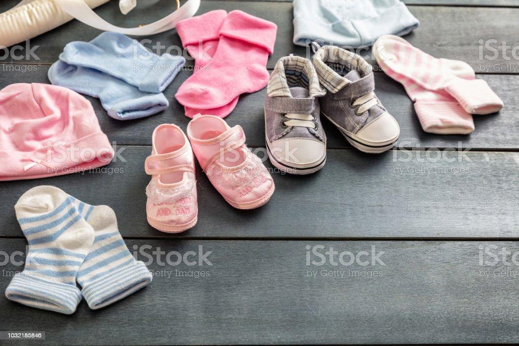 Bébé garçon et fille chaussures et chaussettes sur fond en bois bleu - Photo