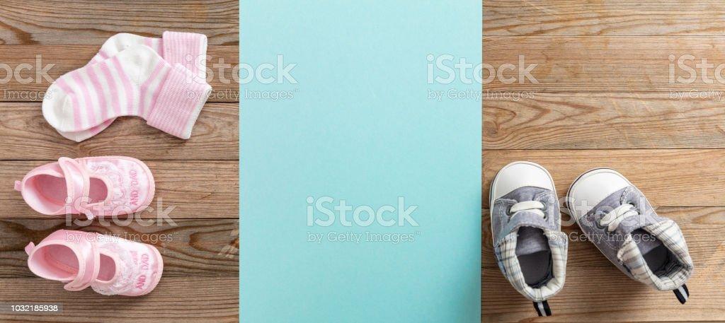 Bébé garçon et fille chaussures et chaussettes sur fond en bois, bannière, espace copie - Photo
