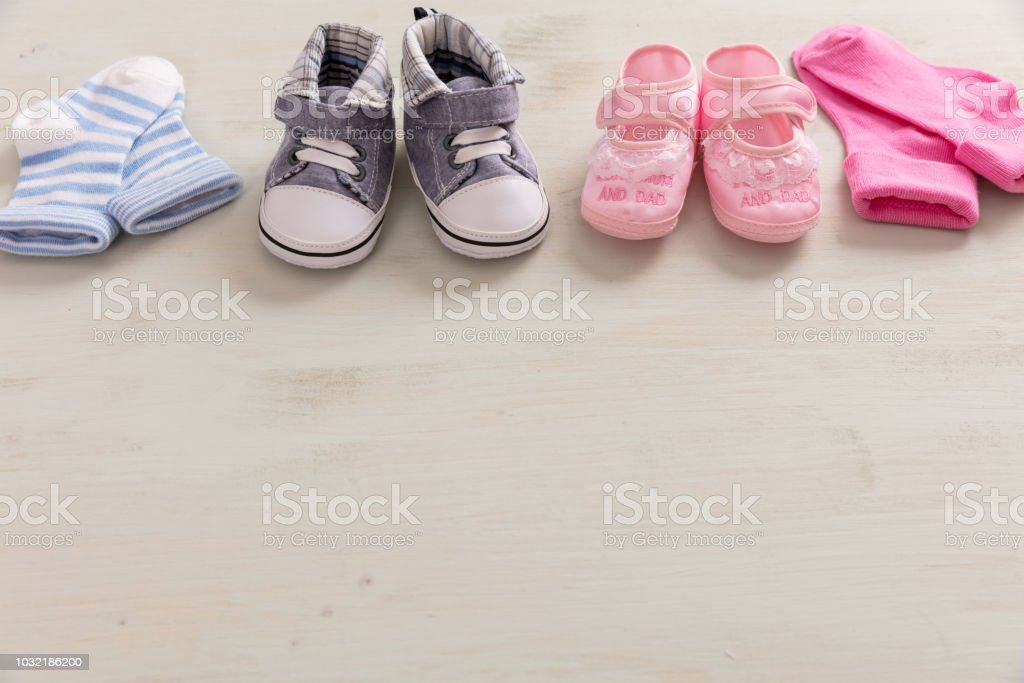 Bébé garçon et fille chaussures et chaussettes sur fond en bois - Photo
