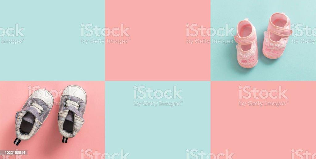 Chaussures de bébé garçon et fille sur fond de couleur pastel - Photo