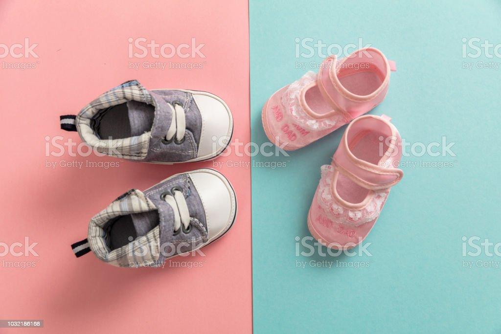 Chaussures de bébé garçon et fille sur fond de couleurs pastel - Photo