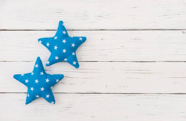 baby boy geburtstag grußkarte mit blauen sternformen - sterntaufe stock-fotos und bilder