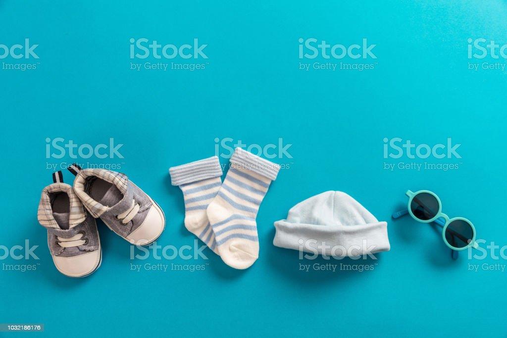 Bébé garçon vêtements et accessoires sur fond bleu clair - Photo