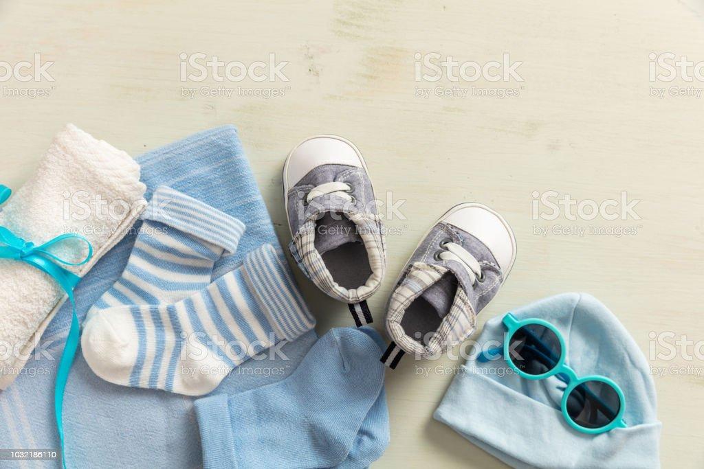 Bébé garçon vêtements et accessoires sur fond en bois - Photo