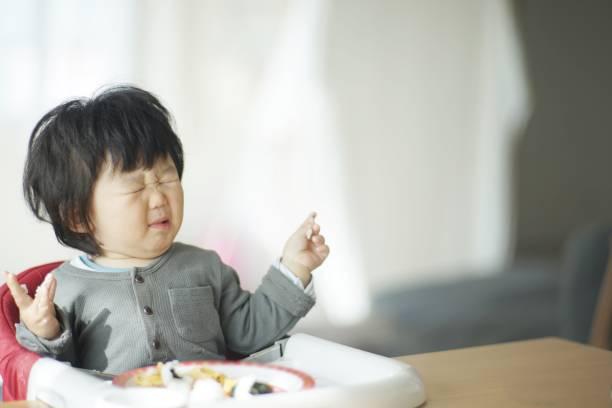 家で食べている男の子 - くしゃみ 日本人 ストックフォトと画像