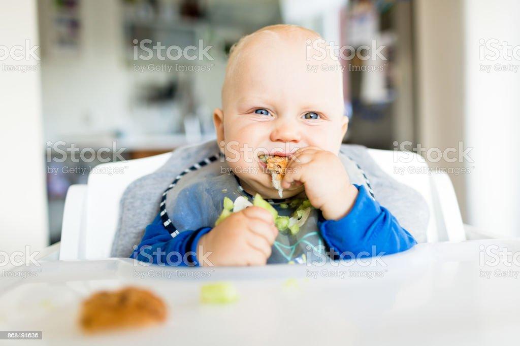Baby Boy mit BLW-Methode Essen, baby-led weaning – Foto