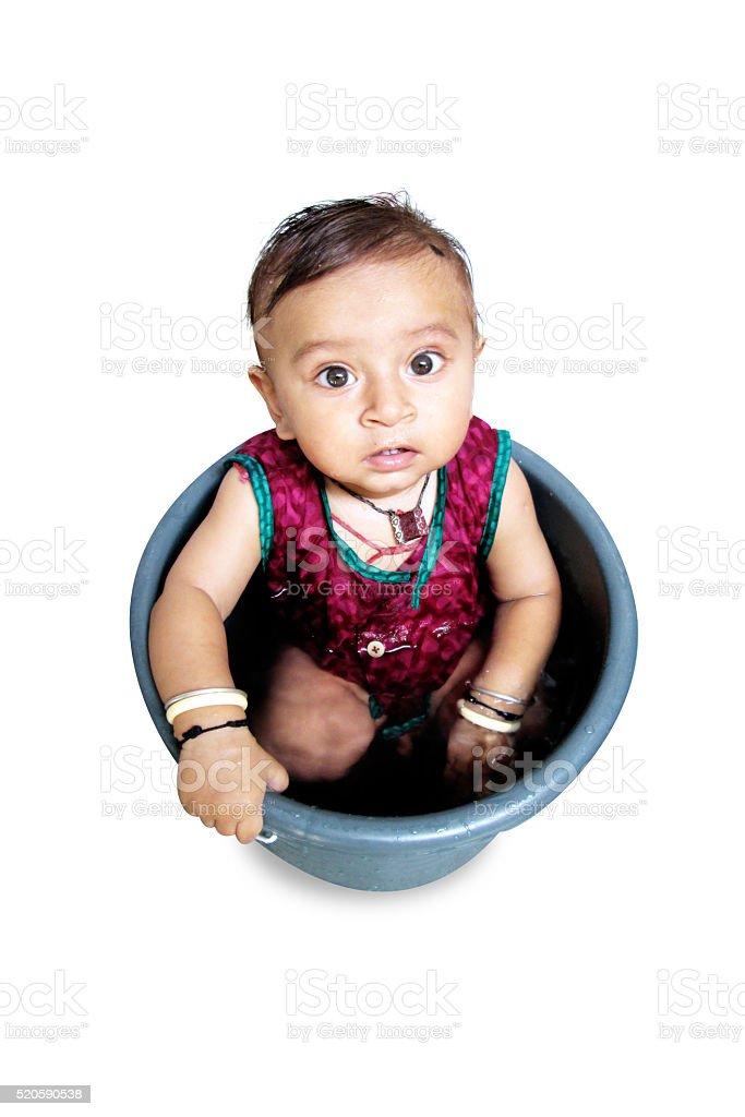 Dziecko chłopiec Ciesz się na wiadrze – zdjęcie