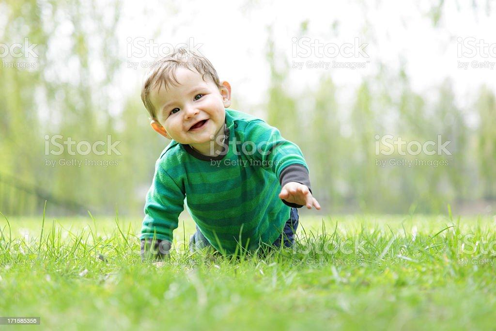 Baby Boy im Gras – Kraulen – Foto