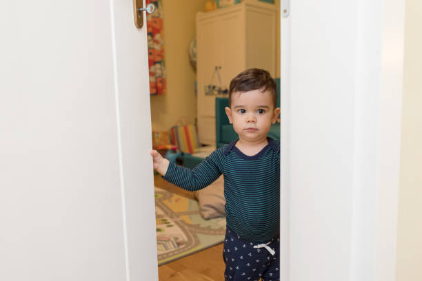 baby boy haus, öffnen die tür zu seinem zimmer - jagdthema schlafzimmer stock-fotos und bilder