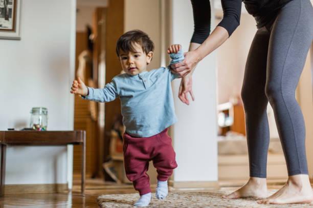Baby Junge, lernen, mit seiner Mutter zu gehen – Foto