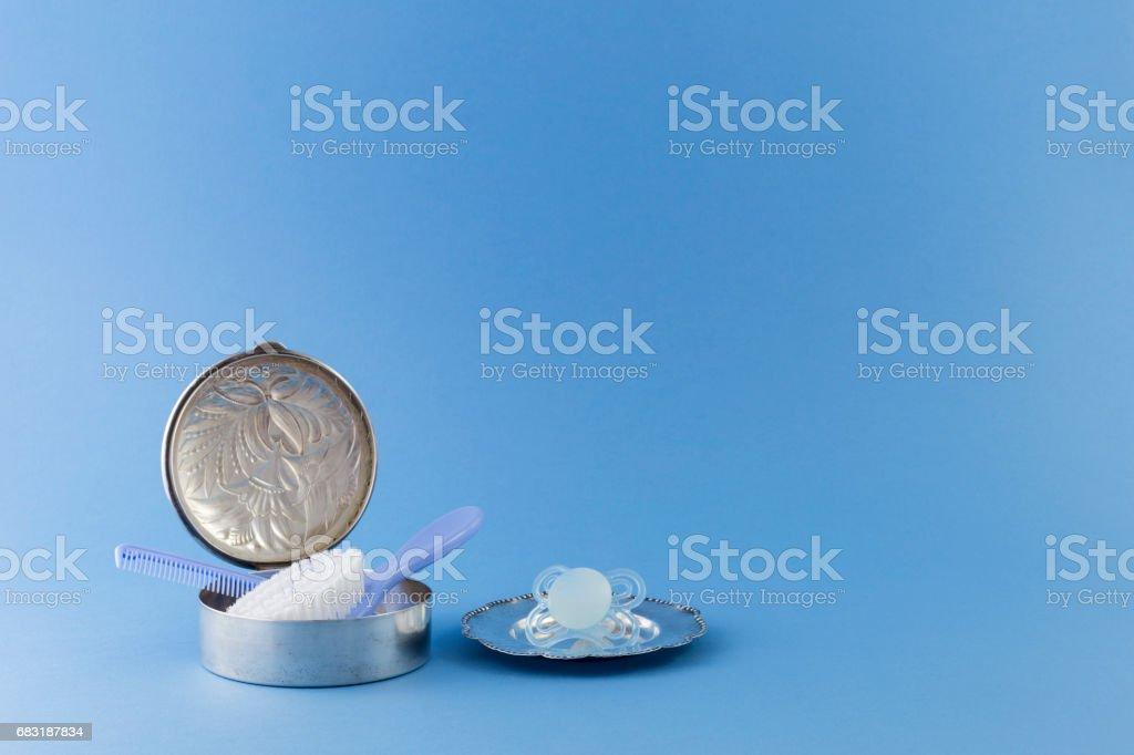 寶貝男孩奢侈品上淡藍色的背景 免版稅 stock photo