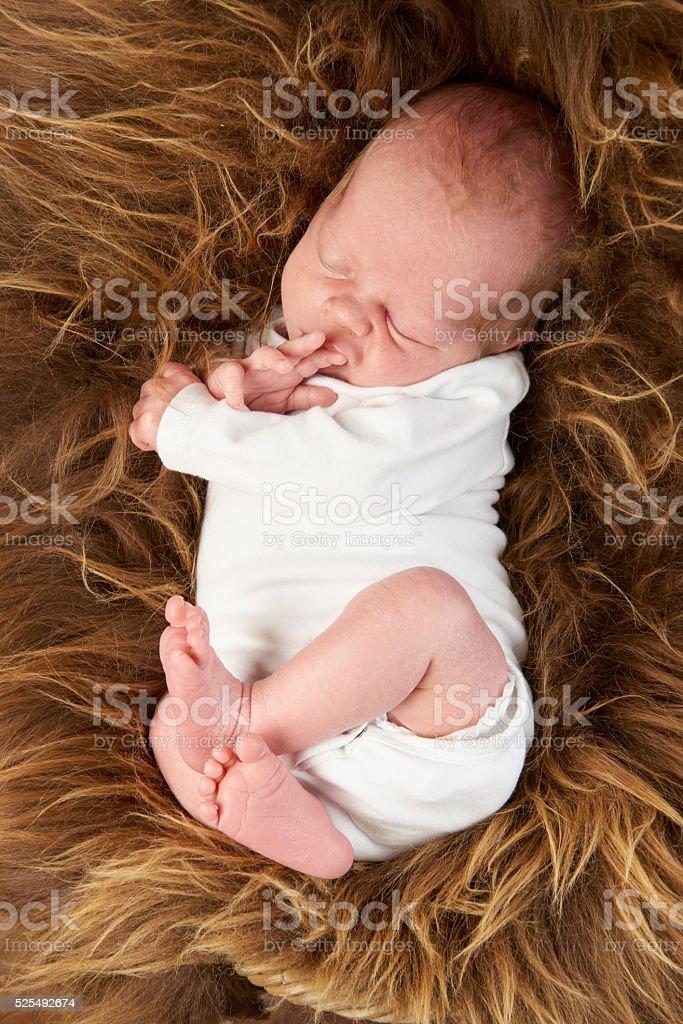 Bebé chico de piel de oveja dormitorio totalmente Body de cuerpo entero en blanco - foto de stock