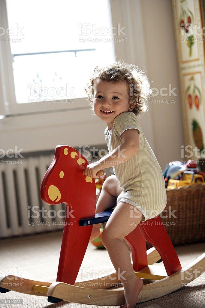 baby boy にトーイロッキングホース ロイヤリティフリーストックフォト