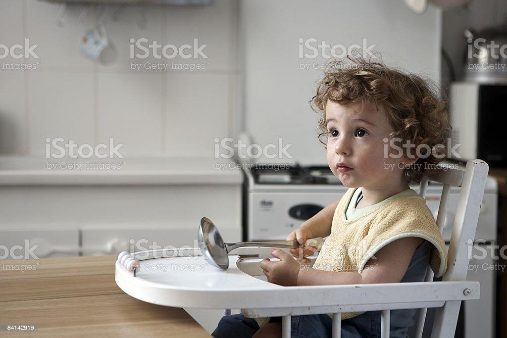 baby boy sat でハイチェアウェイティング彼のお食事 ロイヤリティフリーストックフォト