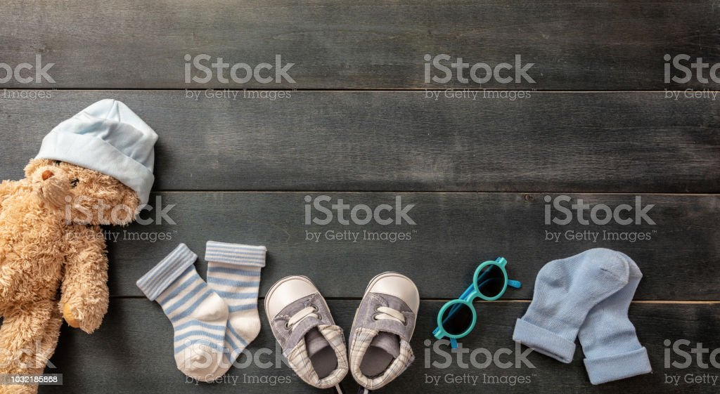 Bébé garçon chaussures et chaussettes sur fond en bois bleu - Photo