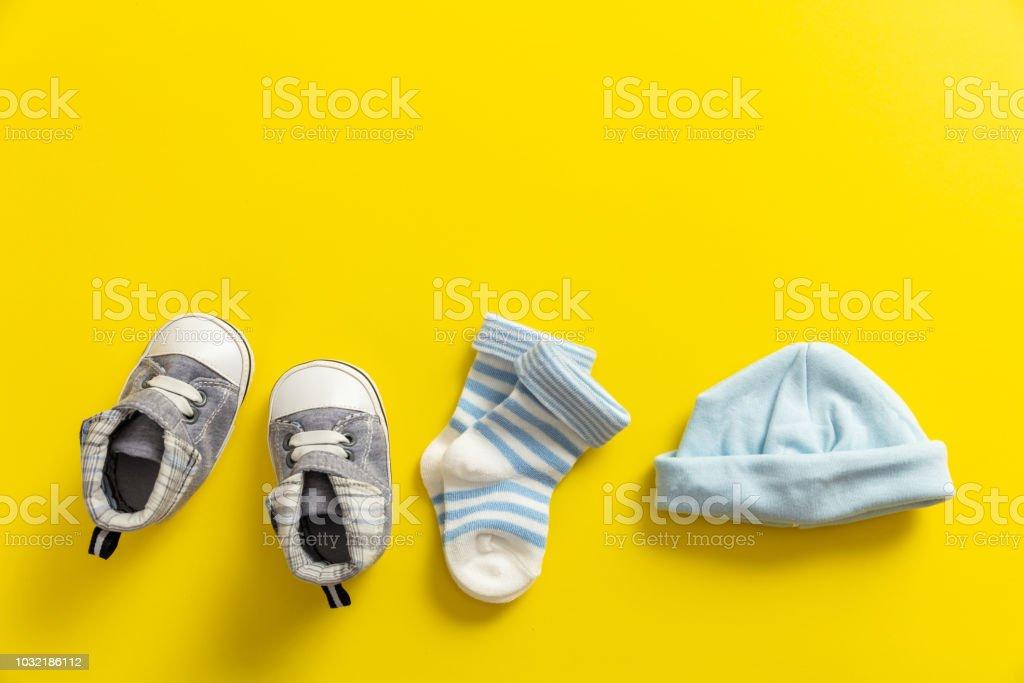 Bébé garçon chaussures et chaussettes sur fond jaune clair - Photo