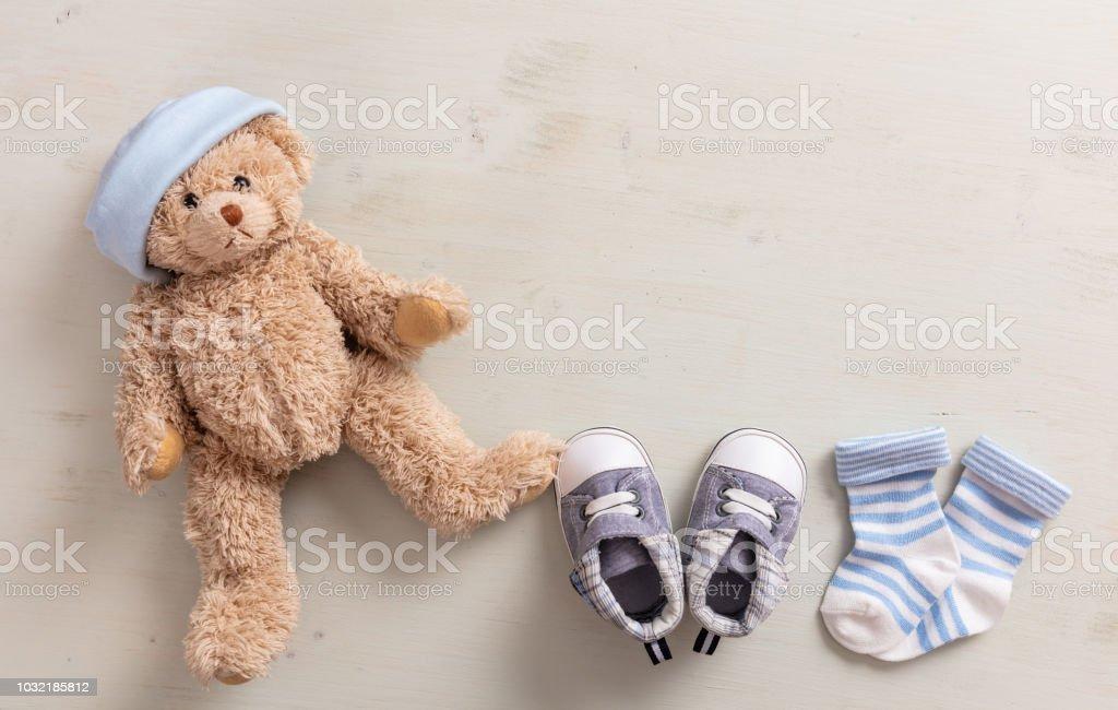 Bébé garçon chaussures et chaussettes sur fond en bois - Photo