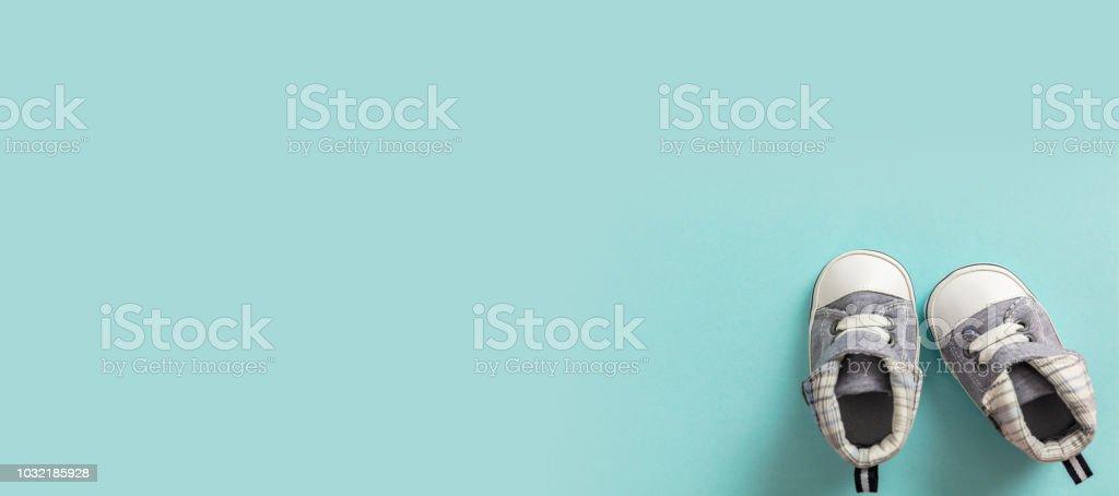 Chaussures de garçon de bébé sur fond bleu pastel, bannière - Photo