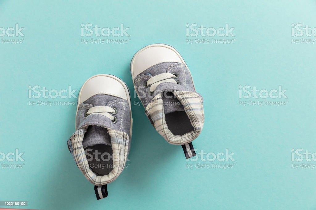 Chaussures de bébé garçon sur fond bleu pastel - Photo