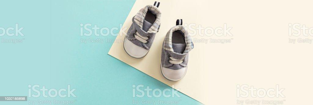 Chaussures de bébé garçon sur pastel couleurs de fond, bannière - Photo