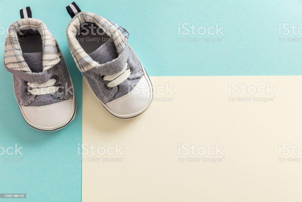 Chaussures de bébé garçon sur fond de couleurs pastel - Photo