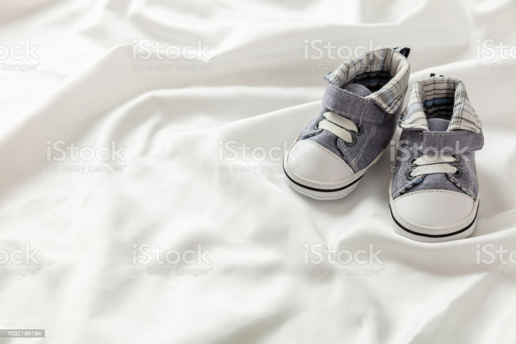 Chaussures de bébé garçon blanc satin, espace copie - Photo