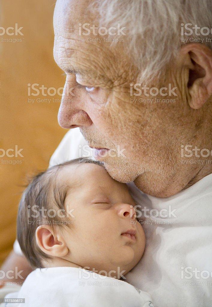 Baby junge Schlafen auf Großvater der Brust. – Foto