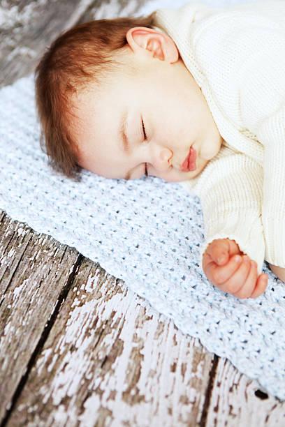 baby jungen schlafen - jungendecken häkeln stock-fotos und bilder